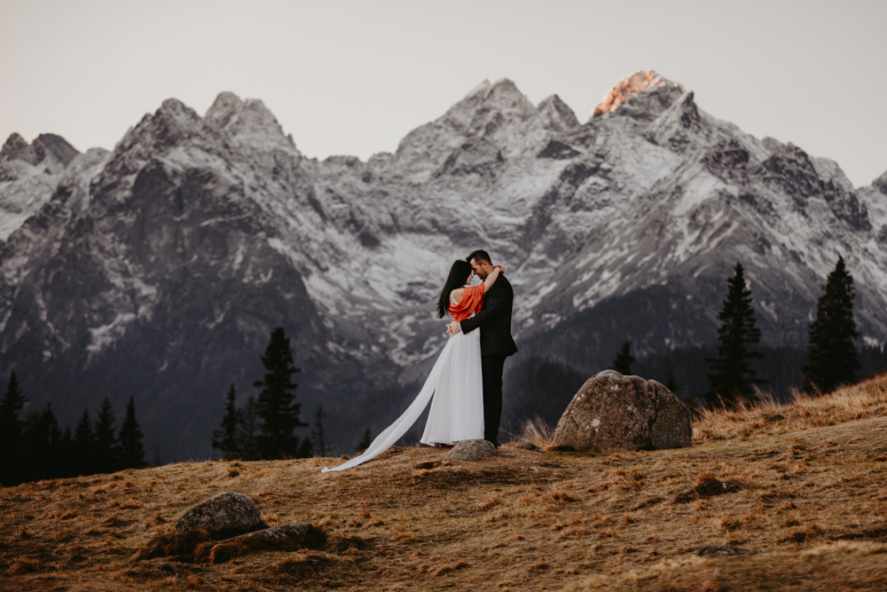 Piękny jesienny poranek w Tatrach  Gosia + Marcin #jesień # autumn #weddingphotography #wedding #inspiracjeslubne #weddingsession #fotografiaslubna #zdjeciaslubne #looklslikefilm #fotografnawesele #fotografiaslubna  #sesjawgorach #zakatekwspomnien #instawedding #slub2018 #yourockphotographers #fearlessphotographer #fotografkrakow #slubwtatrach #weddingplanner #weddingphotoinspiration #weddinginspirations #plenerslubny #instagood #krajobraz #naturalmakeup